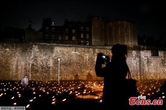 纪念特殊行为,伦敦塔被10,000火焰照亮