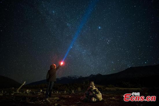 西藏芦浪壮观的星夜