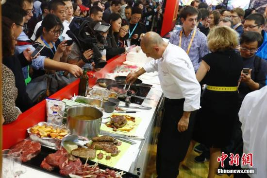 A chef cooks food for the audience at the first China International Import Expo in Shanghai, Nov. 6, 2018. (Photo/China News Service)