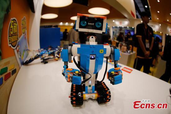 乐高智能玩具在中国进口博览会上吸引参观者