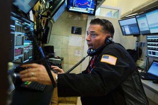 U.S. stocks slump amid Apple losses, tech sell-off