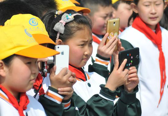 China's mobile phone shipments edge up 0.9% in October