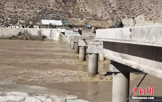 The collapse of the bridge, in Sichuan's Garze Tibetan autonomous prefecture, on Nov。 14, 2018.  (Photo/China News Service)