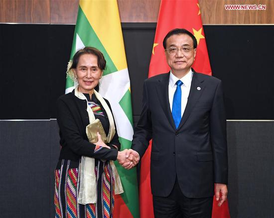 Chinese Premier Li Keqiang meets with Myanmar's State Counselor Aung San Suu Kyi in Singapore, on Nov. 15, 2018. (Xinhua/Zhang Ling)