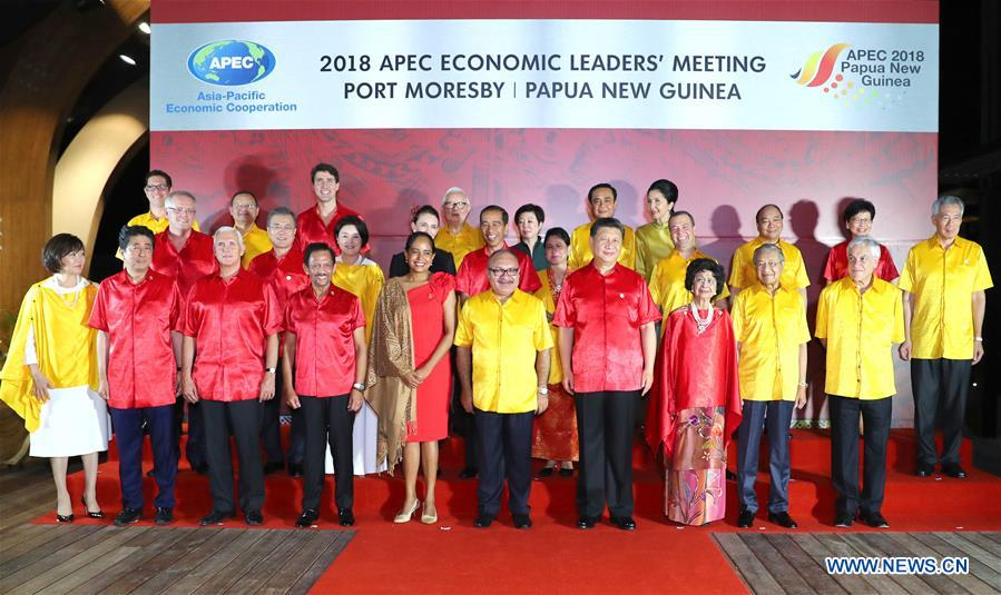 Chinese President Xi Jinping (4th R, front) poses for a group photo before a banquet held for leaders and representatives attending the 26th APEC Economic Leaders\' Meeting and their spouses in Port Moresby, Papua New Guinea, on Nov. 17, 2018. (Xinhua/Xie Huanchi)