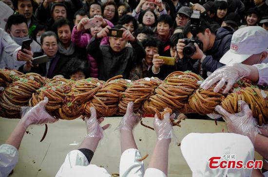Giant 'mahua' on display in Tianjin