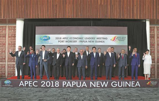 President Xi Jinping (fifth left, front row) takes part in a group photo before the 26th AsiaPacific Economic Cooperation Economic Leaders' Meeting in Port Moresby, Papua New Guinea, on Sunday. (Photo: Xinhua/Ding Lin)