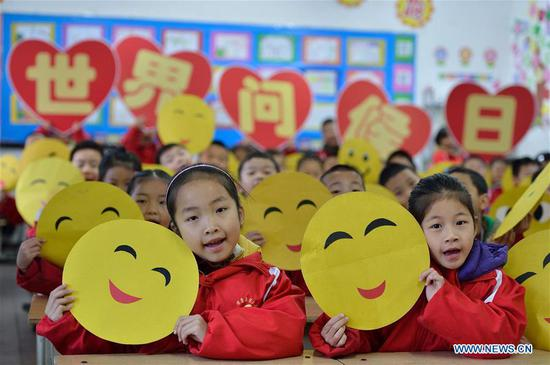 Chinese kids greet World Hello Day