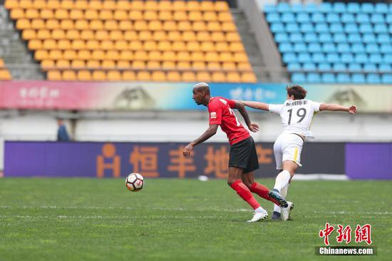 Guizhou Hengfeng lost 0-3 to Guangzhou Evergrande Taobao FC at a Chinese Super League  match, Oct. 28, 2018. (Photo/China News Service)