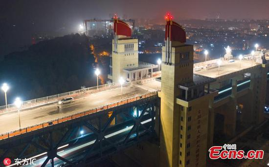 Lamps on Nanjing Yangtze River Bridge turned on for test