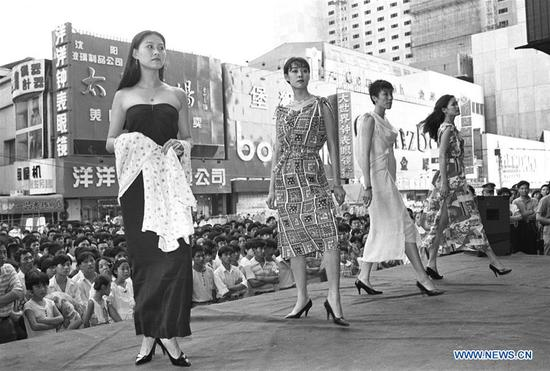 Chinese people's changes in fashions over past 4 decades