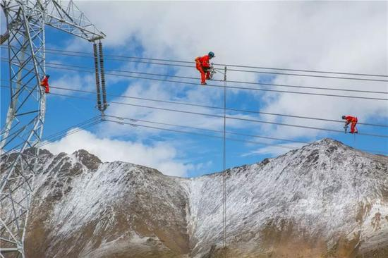 World's highest power lines set in Tibet