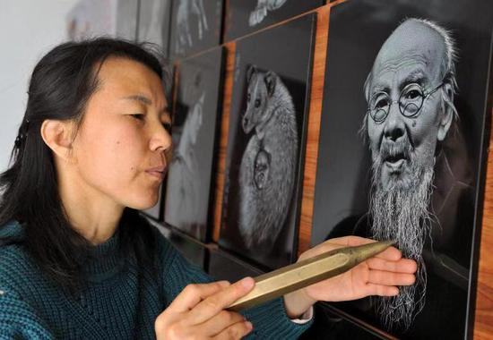 Sculptor turns slate into canvas