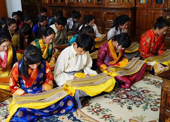 Students at the Tibetan Traditional Medicine College read the Gyud zhi (the Four Tantras) in Lhasa, capital city of the Tibetan autonomous region. (Photo provided by the National Center for the Safeguarding of the Intangible Cultural Heritage in Chin)