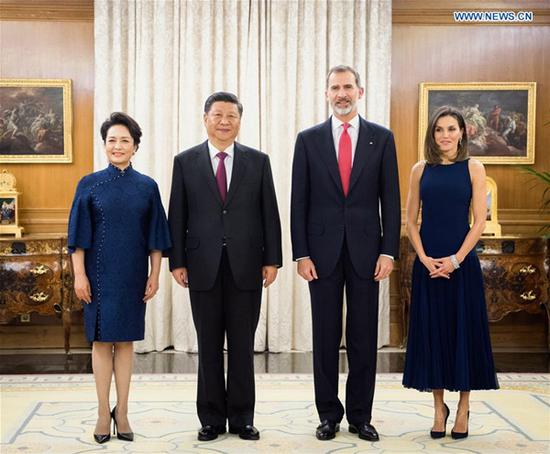 Chinese President Xi Jinping and his wife Peng Liyuan pose for a photo with Spain's King Felipe VI and Queen Letizia in Madrid, Spain, Nov. 27, 2018. (Xinhua/Li Xueren)