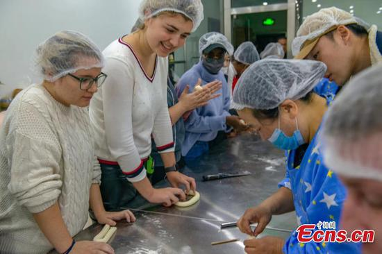 International students make traditional steamed buns in Shandong