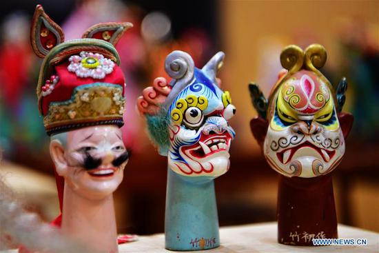 Photo Chinese craftsmen devoted to Zhangzhou wood puppet head carving