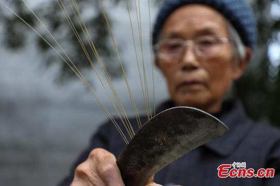 女人致力于竹帽制作70年