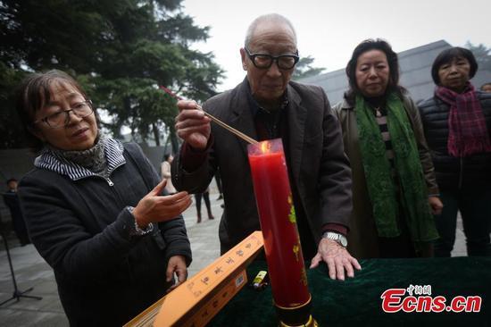 家人哀悼南京大屠杀遇难者