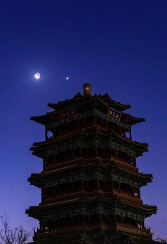 Photos show Venus dancing near the moon
