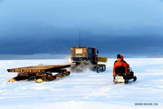 破冰船在南极进行卸货作业