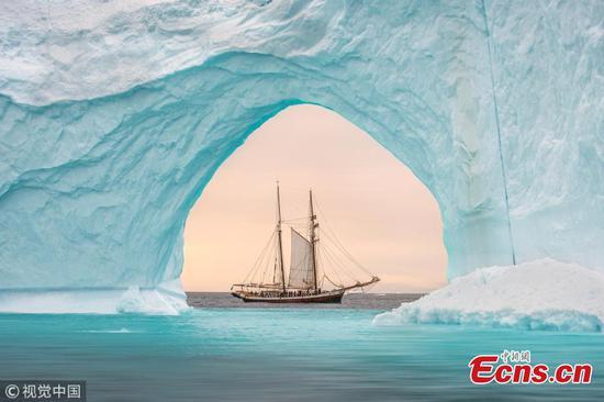 英国摄影师捕捉大篷车与冰山的相遇