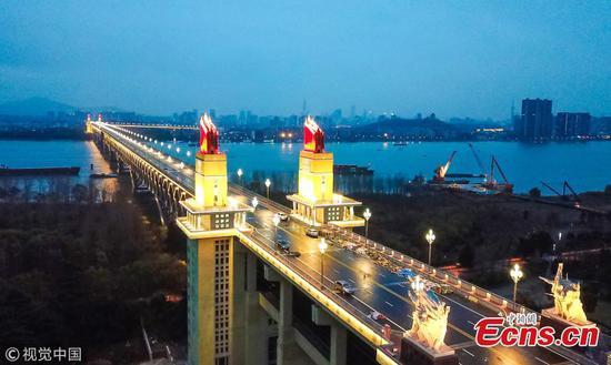 南京长江大桥沐浴在戏剧性的灯光下
