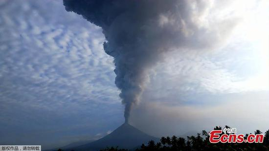 Indonesia's Soputan volcano erupts