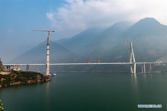 Closure of bridge with 470-meter main span finished in China's Hubei