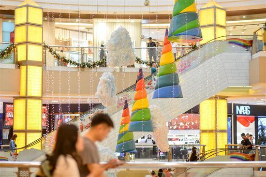 为即将到来的圣诞节季节在马来西亚吉隆坡设置装饰品
