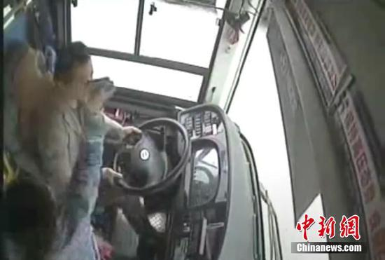 Video footage shows a woman attacks a bus driver in Chongqing, Oct. 28, 2018. (Photo/China News Service)
