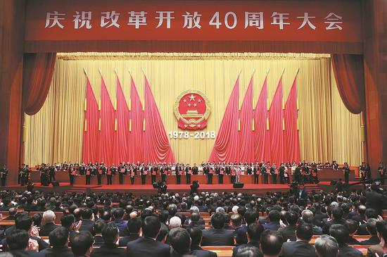Outstanding figures are awarded medals of reform pioneers at the gathering. [Photo/Xinhua]
