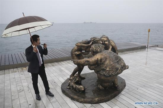 Chinese artist's sculptures decorate Greek Thessaloniki port