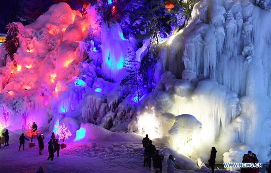 游客欣赏甘肃大墩峡风景区的冰柱
