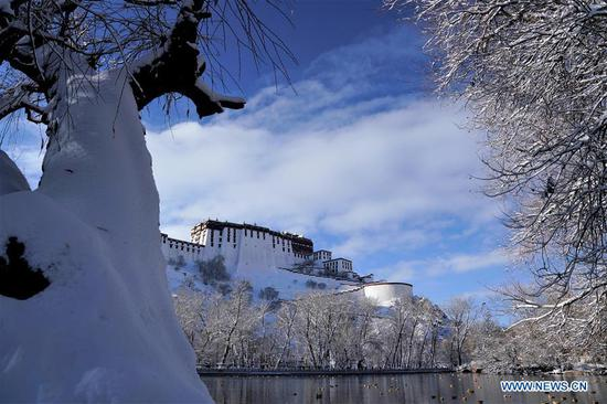 Lhasa of SW China's Tibet witnesses first snow