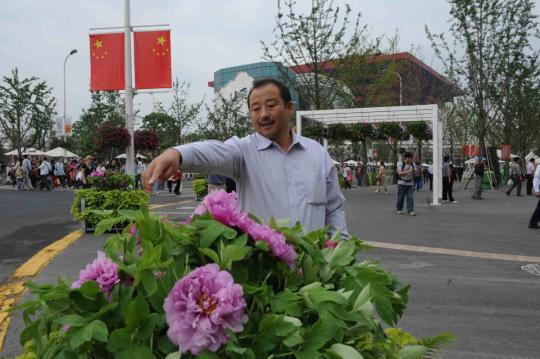 Master of flowers shares his passion while making a profit