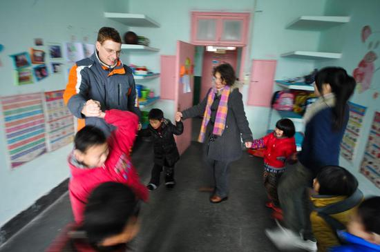 Uwe Brutzer and his wife Dorothee Brutzer attend the class for hearing-impaired children at a rehabilitation training center in Changsha, capital of central China's Hunan Province, Feb. 21, 2012.(Xinhua/Bai Yu)
