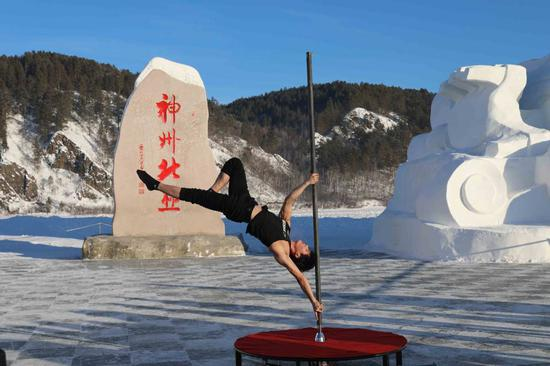 Pole dancers brave extreme cold in NE Heilongjiang