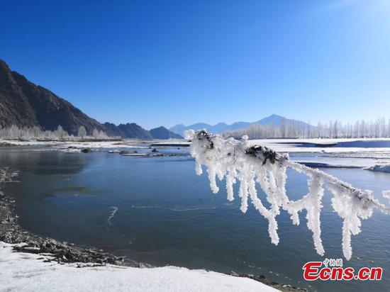 Snow wonderland along the Yarlung Zangbo River