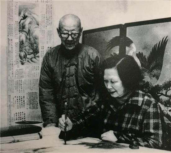 Zhang Boju (left) watches Pan Su painting at their home in Beijing in the early 1980s. The couple collected a quality array of classic Chinese paintings and calligraphic works and donated them to the country. (Photo provided to China Daily)