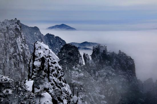 Snow creates winter wonder at Huangshan Mountain