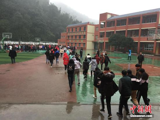 Students are evacuated from the classrooms after a 5.3-magnitude earthquake jolts Gongxian County, Yibin City in southwest China's Sichuan Province, Jan. 3, 2018. (Photo/China News Service)