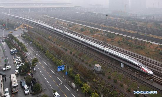 Photo taken on Jan. 5, 2019 shows a new Fuxing bullet train running on the Beijing-Shanghai line arriving at Nanjing South Railway Station in Nanjing, east China's Jiangsu Province. A longer Fuxing bullet train started running on the Beijing-Shanghai line Saturday at noon. The new train, with a designed speed of 350 km per hour, has 17 carriages, one carriage longer than the Fuxing trains currently in use. (Xinhua/Su Yang)