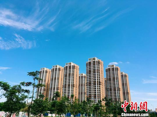 This file photo shows residential buildings under construction in Haikou, Hainan Province. (Photo/China News Service)