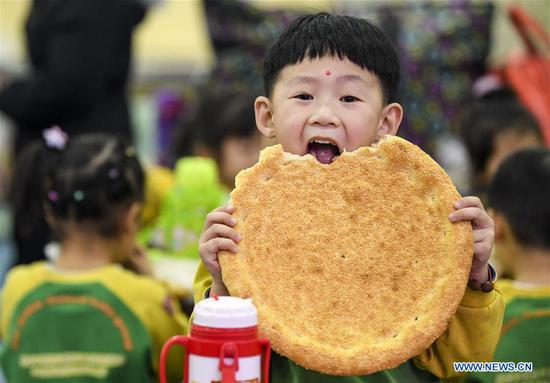 Kids experience 'Nang' making in Urumqi, Xinjiang