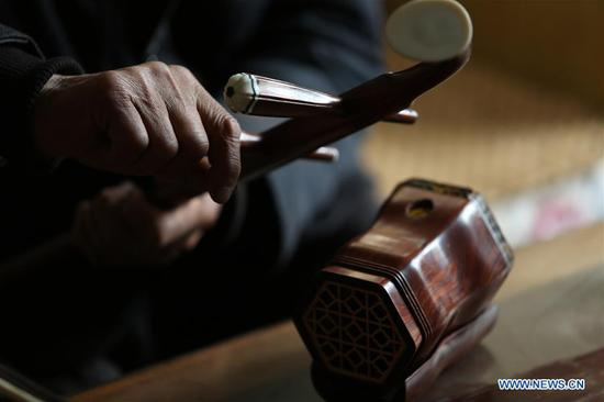 Villager makes Chinese instrument Erhu in Shandong