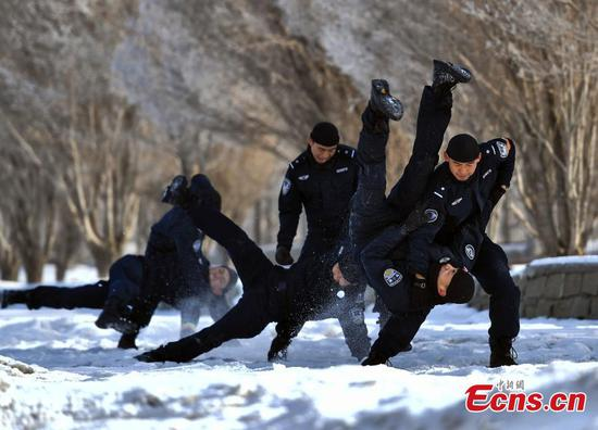 Urumqi police undergo intensive winter training