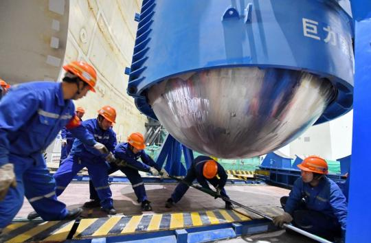 Technicians install equipment at Fuqing nuclear power plant in Fujian province last year. (Photo/Xinhua)