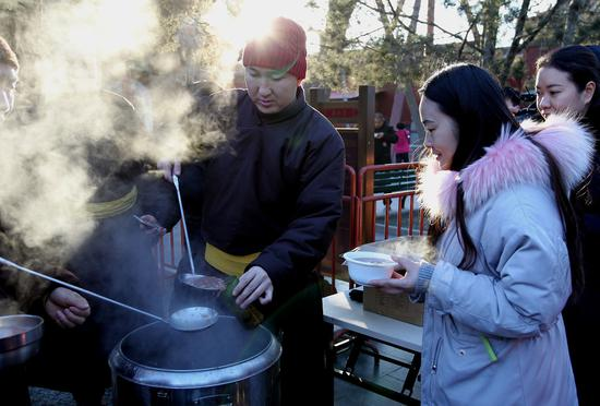 Visitors brave the cold for Laba porridge at Yonghe Temple