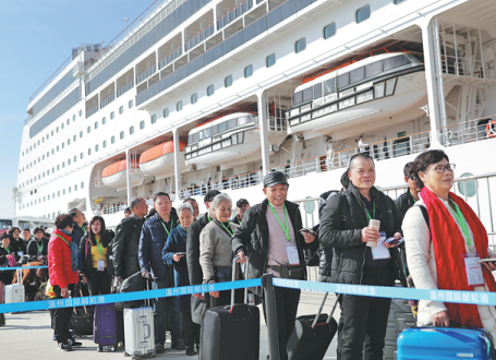 Elderly tourists prepare to board a cruise ship in Wenzhou, Zhejiang province.(Photo provided to China Daily)